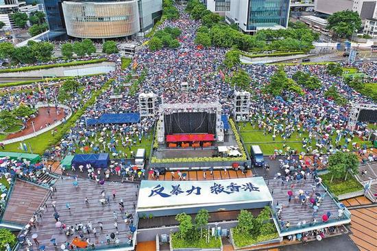 """8月17日,香港各界人士在金钟添马公园举行""""反暴力、救香港""""集会(无人机拍摄)。新华社记者 吕小炜 摄"""