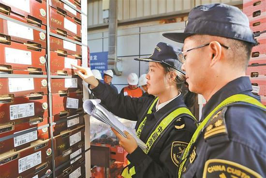 海关关员现场核对进口智利车厘子的标签信息。