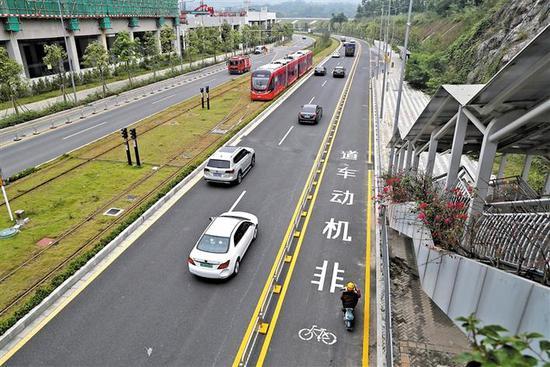 位于观湖街道的自行车电动车专用道路。 本报资料照片