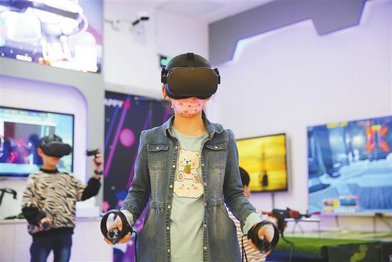 正在玩VR游戏的女孩。