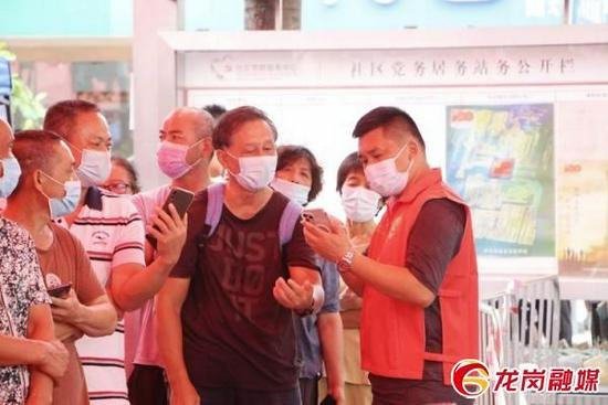 青年党员参与社区抗疫。