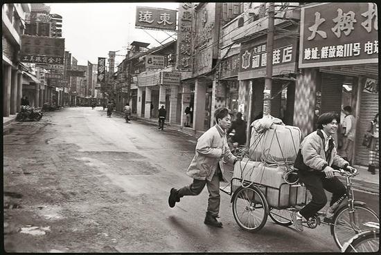 1991年,老街清晨,运货商贩。