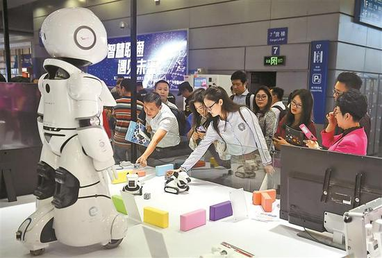 高交会上展示了一大批高精尖产品和技术。图为果小聪机器人。 本版图片均由 深圳晚报记者 冯明 摄