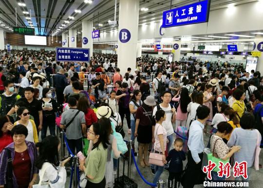 赴港澳或境外游内地居民挤满福田口岸入境大厅。 黄俊生 摄
