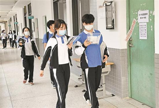 昨日,考生前往考场踩点熟悉考场。 深圳商报记者 陈锡明 通讯员 杨军 摄