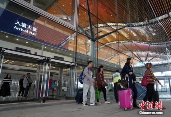 资料图:游客走出港珠澳大桥香港口岸旅检大楼。中新社记者 张炜 摄