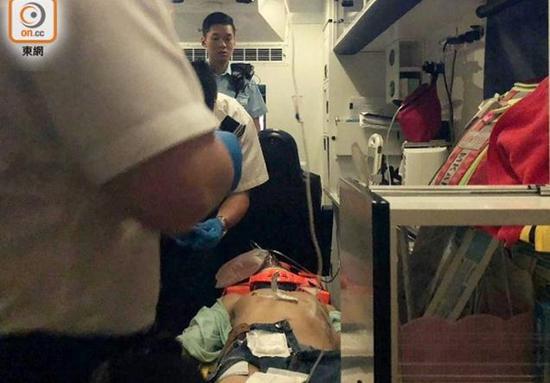 据了解,多名警员在大堂位置制服一名男子,事件中一男子受伤,送往医院救治。