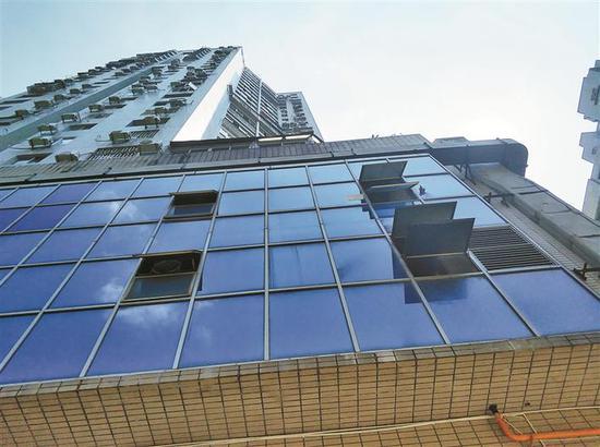 大厦A座部分店铺产生的油烟从排气扇直接排出窗外。 深圳晚报记者 邱志东 摄