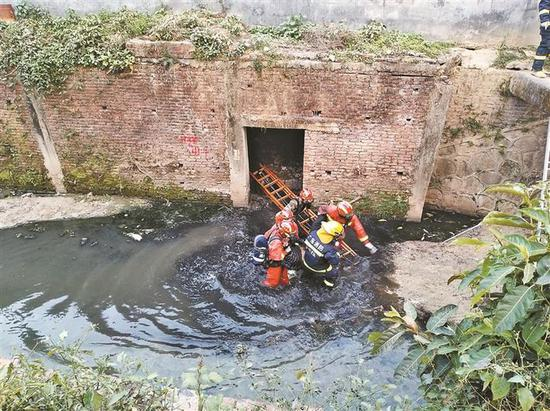 ▲救援队伍成功将被困女孩从河道涵洞救出。