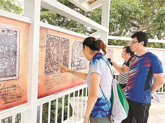 """▲市民对""""一带一路""""古地图展充满好奇。"""