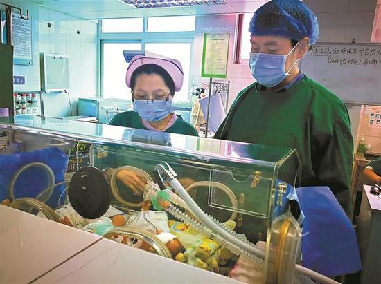 早产男婴在医院新生儿科住院部救治。