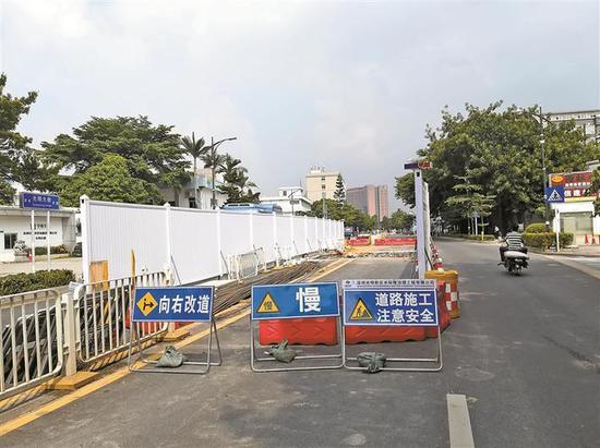 图为光明大街向西方向路面上的施工围挡路段,该施工内容为东坑水的生态补水工程。 深圳晚报记者 刘云惠里 摄