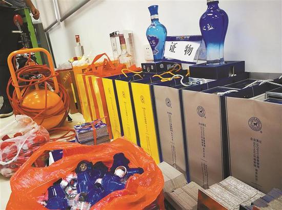 ▲深圳警方缴获的大批假酒,涉案金额上百万元。 深圳晚报见习记者 高灵灵 摄