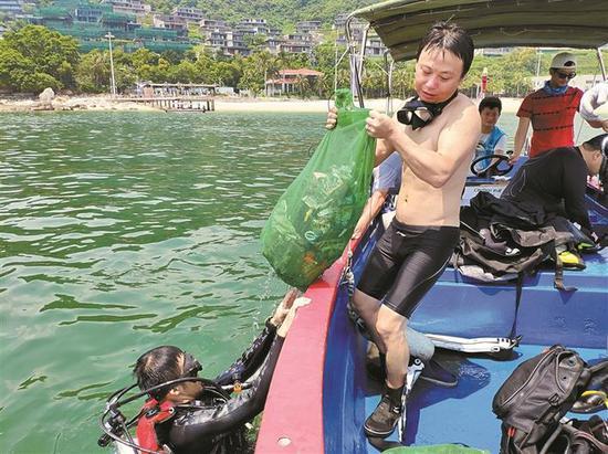 ▲志愿者进行海底垃圾清洁工作。 笑梅 摄