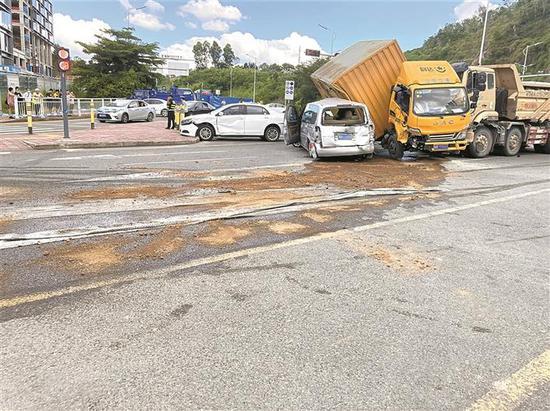 ▲泥头车、货车、轿车在内的多车连环相撞。深圳晚报记者 陈龙辉 通讯员 叶丰帆 摄