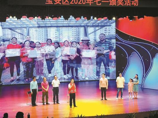 疫情发生以来,彭彬(左一)首次登上舞台。