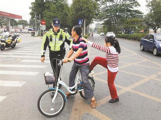 执法人员现场劝导市民不安全驾驶行为。