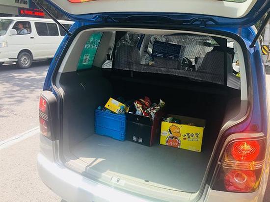 阮师傅在后备箱囤的货物。