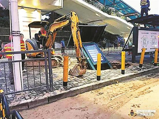 ▲无许可乱挖公交站台被严查。