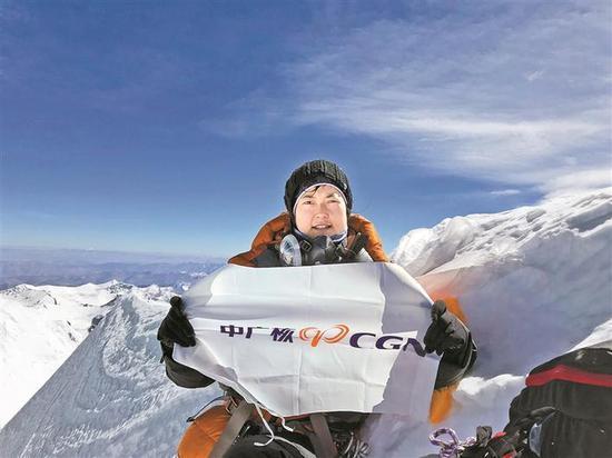 90后女孩屈姣姣登顶珠峰创纪录。