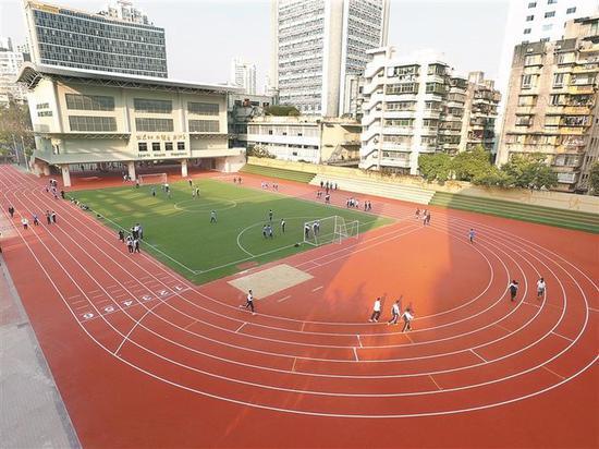 深圳外国语学校初中部运动场全景。