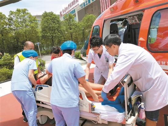 直升机落地南方医科大学深圳医院(宝安区),为受伤人员抢救赢得宝贵时间。