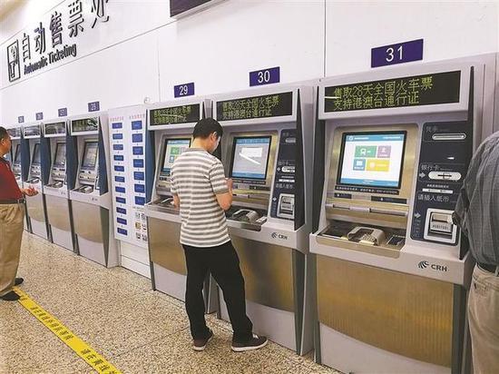 ▲购买跨境列车的旅客可在12306网站、电话订票及车站售票窗口、内地代售点(含在香港设置的代售点)、自动售(取)票机等途径购买车票。 深圳晚报记者 董玉含 摄