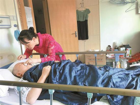 吴琼在午休期间照顾杨猛。 深圳晚报记者 邱志东 摄