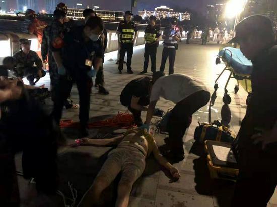 ▲老人被救上岸后,救援人员对其进行心肺复苏。