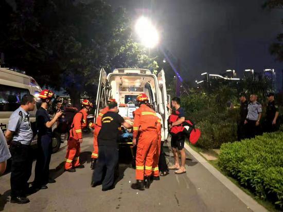 ▲老人被送上救护车。