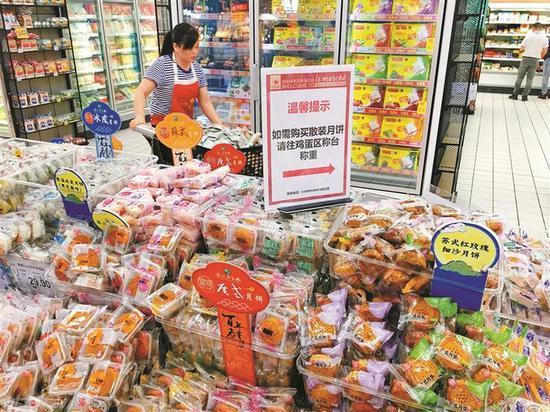 ▲超市货架上的月饼品种多样。深圳晚报记者 李超 摄