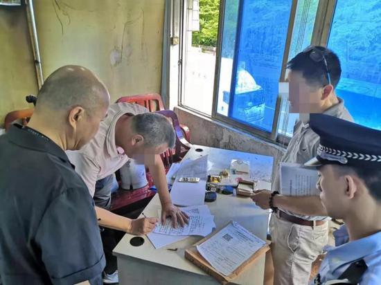 ▲当事人签订交付场地笔录。