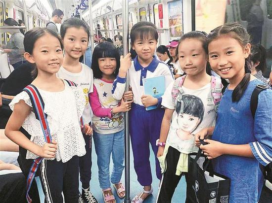 ▲续蔓其(左一)和参与此次地铁送书行动的同学们。本版图片均由受访者提供