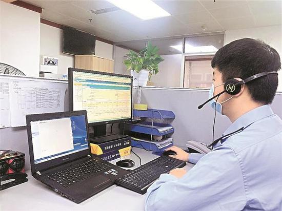 ▲税务工作人员通过微信群指导企业办理发票申领等业务。