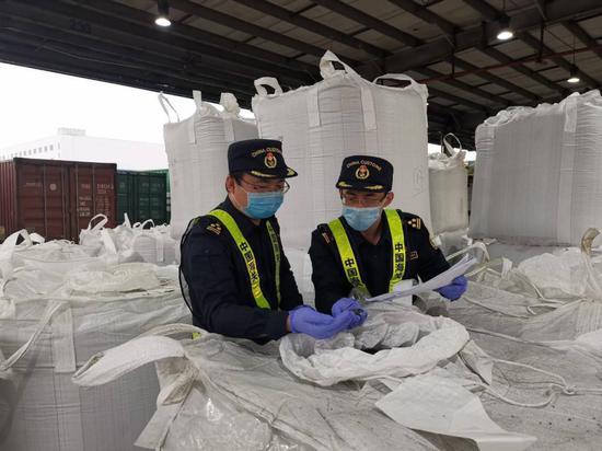 """▲深圳海关在蛇口口岸查获 """" 洋垃圾 """"14.59 吨。"""