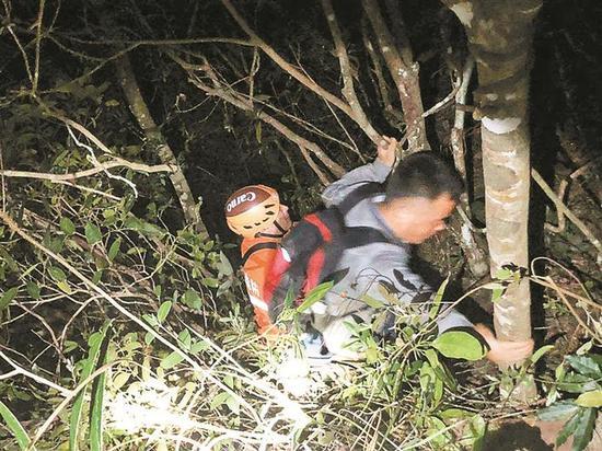 ▲山高林密,救援工作十分艰苦。大鹏公安分局供图
