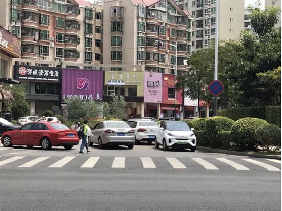 21日中午,富瑰路与宝民二路交叉路口处,在禁停标识牌下,仍有不少车辆违停。