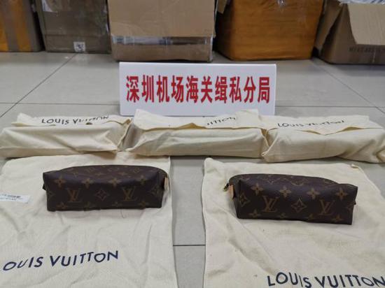 ▲深圳海关现场查获的走私奢侈品。