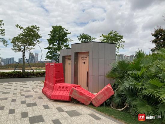 公园内唯一一处公共洗手间被围板围挡,暂不能使用。