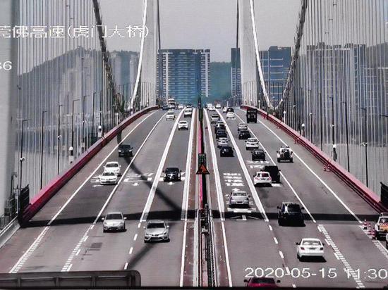 ▲恢复交通首日的虎门大桥现场监控截图。