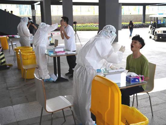 ▲深技大所有学子在返校当天都要接受免费核酸检测