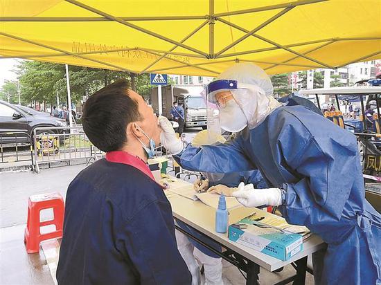 ▲家庭医生在社区抗疫一线服务。市卫健委供图
