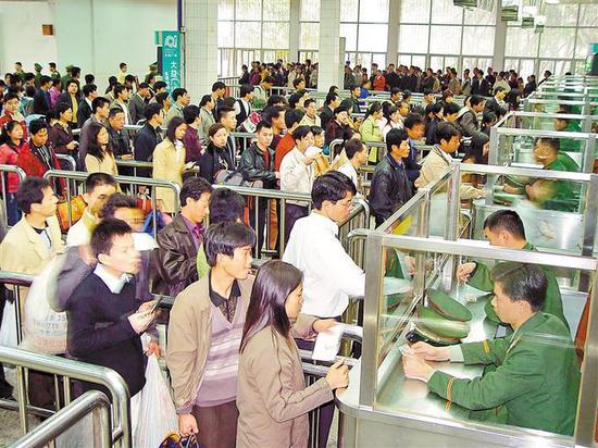 2003年,市民排队进关。