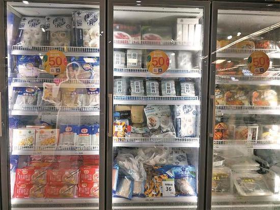 ▲超市冷柜里琳琅满目的菜品。 本版图片由 深圳晚报 见习记者 郑淑仪 摄