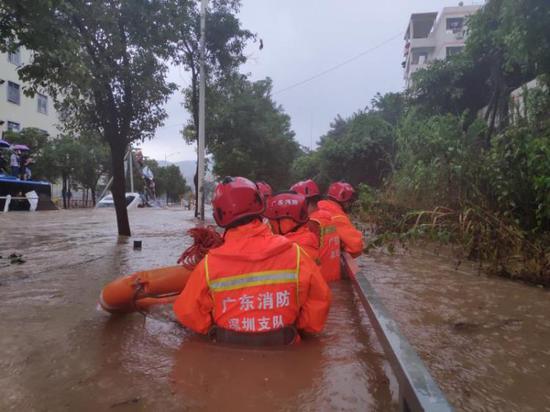突发暴雨多人被困爬到车顶 128名消防队员徒步涉水救援