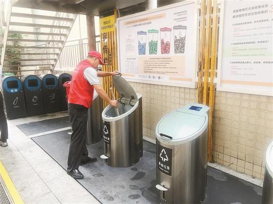 ▲智能地埋式垃圾桶目前已经在香蜜三村试用数日,业主好评连连。