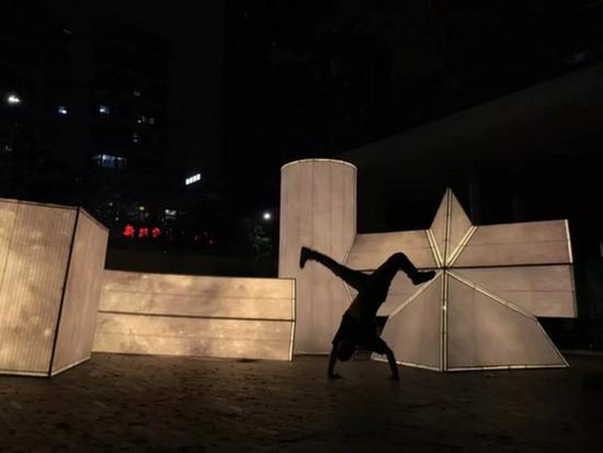 黄玉龙,《礼物-温暖的形》,PE藤编、不锈钢、LED,公共装置,2018