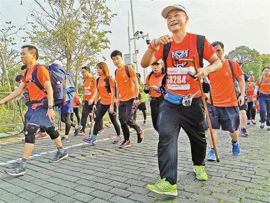 能参加百公里徒步活动,每个参赛者都很兴奋。