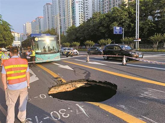 福强路西行靠近新洲路交叉口以东路段右侧第二第三车道路面发生塌陷。受访单位供图