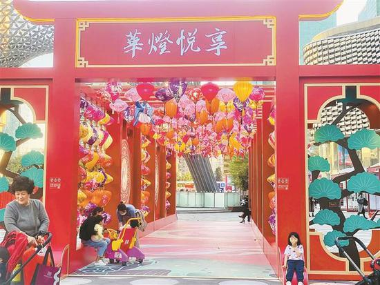 福田区卓悦中心中央大街年味颇浓,不少市民在现场拍照。